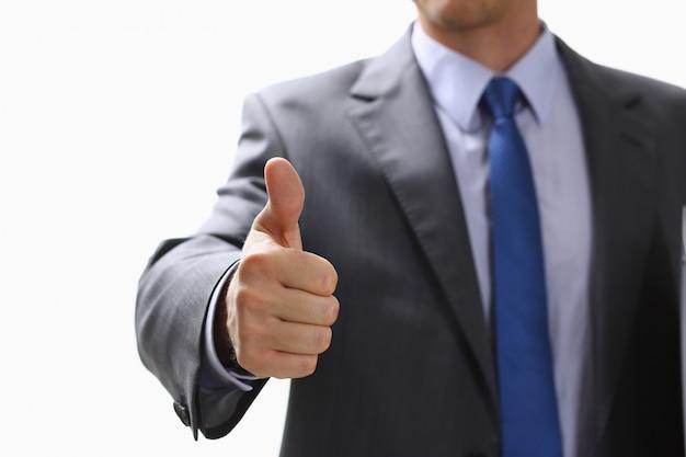 Mano masculina que muestra ok o confirme la señal con el pulgar hacia arriba