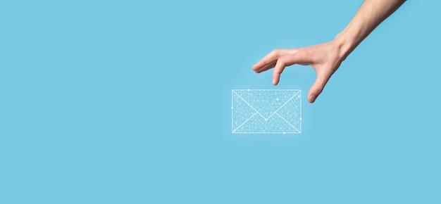 Mano masculina que sostiene el icono de la letra, los iconos de correo electrónico. póngase en contacto con nosotros por correo electrónico del boletín y proteja su información personal del correo no deseado