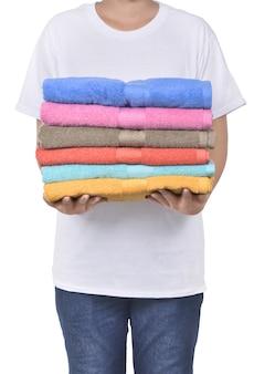 Mano masculina que sostiene la pila colorida de las toallas