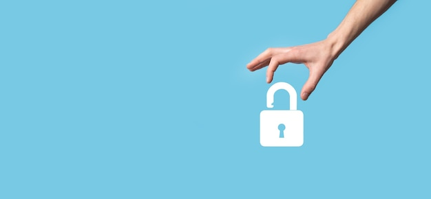 Mano masculina sosteniendo un icono de candado de bloqueo. red de seguridad cibernética. redes de tecnología de internet protección de datos de información personal en tableta. concepto de privacidad de protección de datos. gdpr. eu.banner.