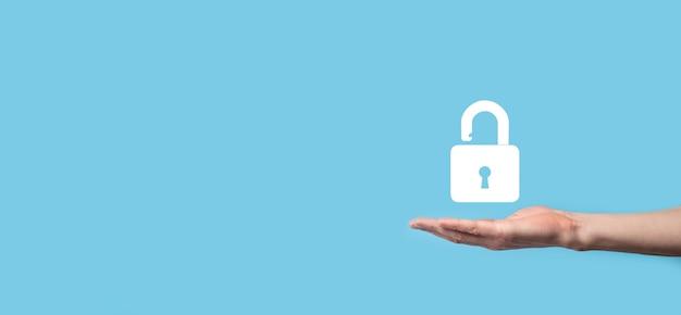 Mano masculina sosteniendo un icono de candado de bloqueo. red de seguridad cibernética.