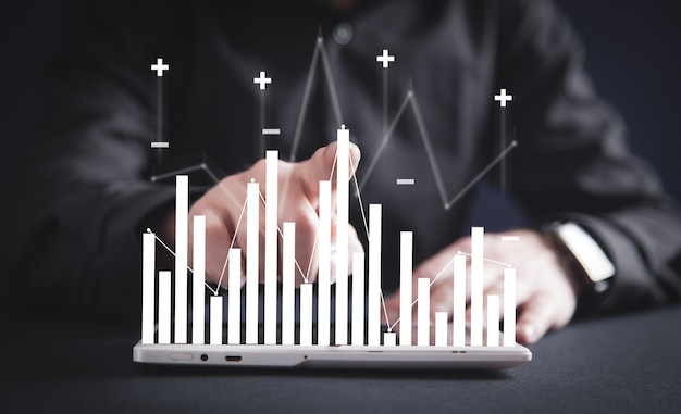 Mano masculina tocando en gráfico de negocios. crecimiento. negocio. éxito