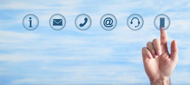 Mano masculina tocando símbolos de contacto. internet. comunicación