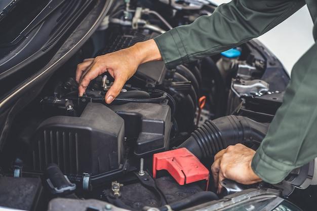 Mano mecánica profesional que brinda servicio de reparación y mantenimiento de automóviles
