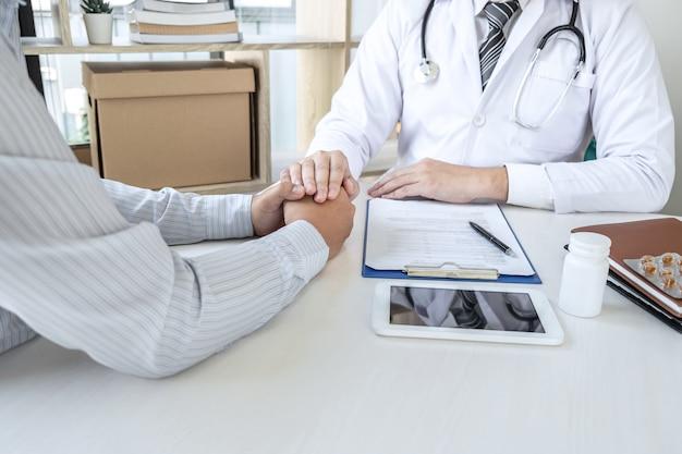 Mano del médico tocando al paciente reconfortante de aliento y empatía para apoyar