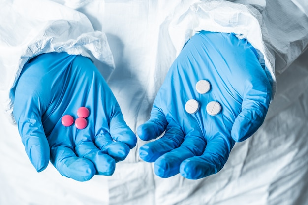 Mano de médicos con muchas pastillas diferentes