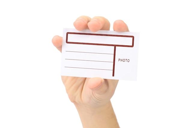 La mano muestra la tarjeta con los campos sobre un fondo blanco.