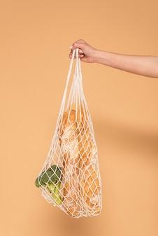 Mano de mujer con bolsa de tortuga de cerca