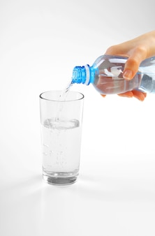Mano de mujer con botella de agua