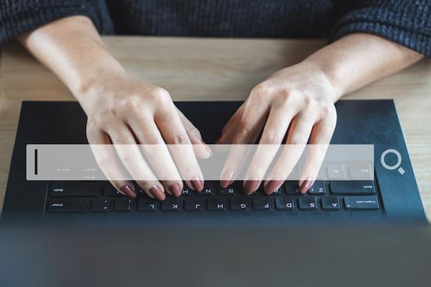 Mano de mujer buscando trabajo y navegando por internet