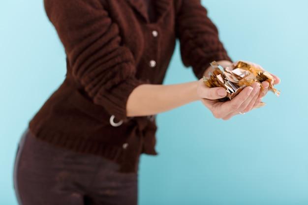 Mano de mujer con confeti dorado
