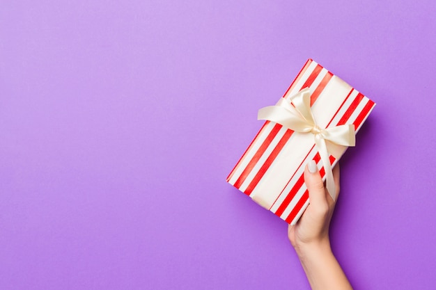 Mano de mujer dar caja de regalo de san valentín, vista superior