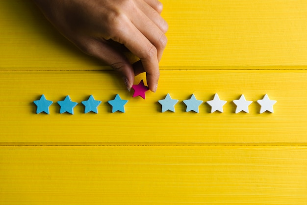 Mano de mujer dar estrella para calificar y revisar el concepto de experiencia del cliente