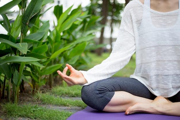 Mano de mujer joven gesticulando zen y meditando