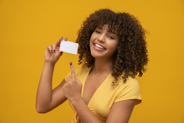 Mano de mujer joven maqueta de tarjeta blanca en blanco con esquinas redondeadas