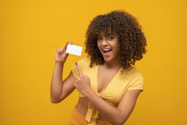 Mano de mujer joven maqueta de tarjeta blanca en blanco