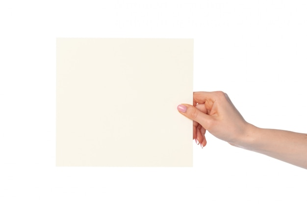 Mano de mujer mostrando papel blanco aislado en blanco