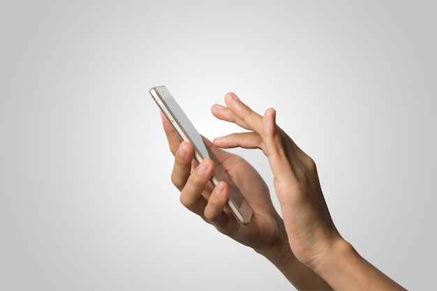 Mano de la mujer que sostiene la pantalla en blanco del teléfono elegante. copie el espacio. mano que sostiene el smartphone aislado en el fondo blanco.