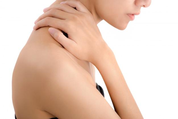 Mano de mujer sosteniendo su cuello y masaje en el área del dolor aislado en blanco
