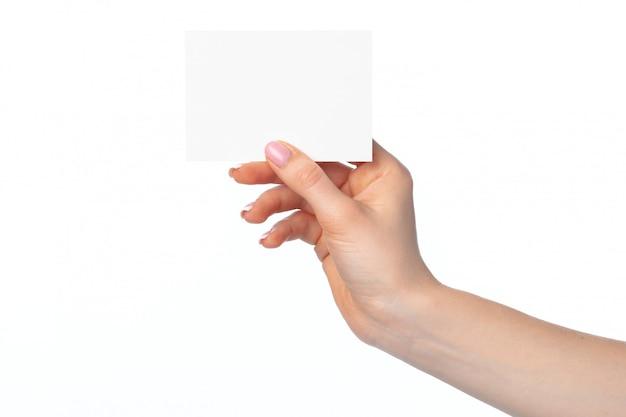 Mano de mujer con tarjeta blanca en blanco aislado en blanco
