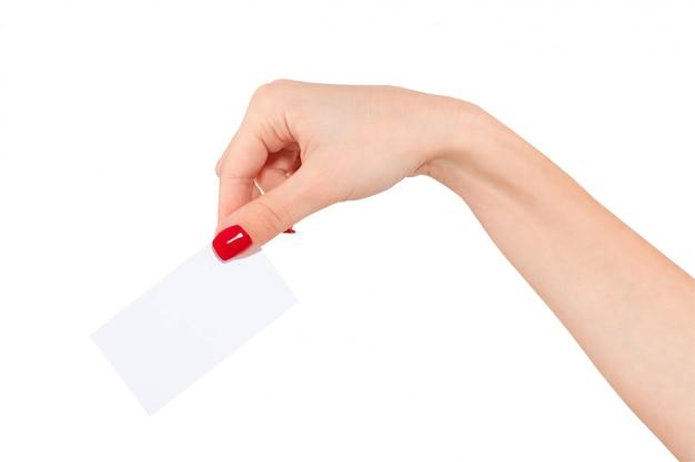 Mano de mujer tarjeta mostrando maqueta aislado sobre fondo blanco.
