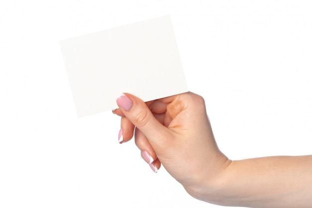 Mano de mujer con tarjeta de visita blanca en blanco aislada en blanco