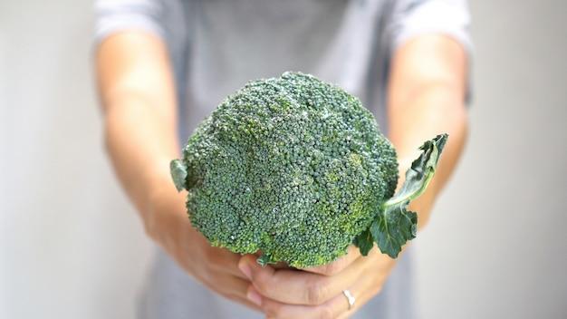Mano de mujer, tenencia, bróculi