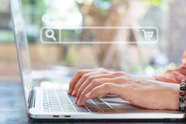 Mano de mujer usando laptop o computor buscando información en el sitio web en línea.