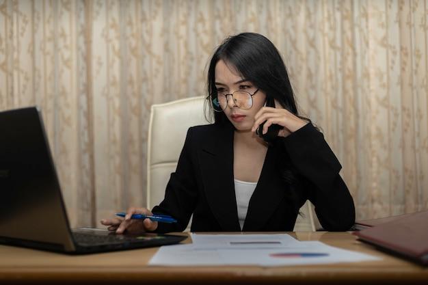 Mano de las mujeres de negocios con la escritura de papel en el gráfico.