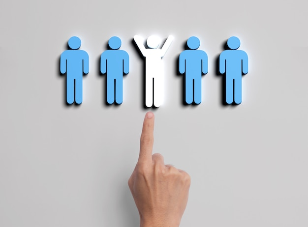 Mano de negocios seleccione icono de personas. concepto de gestión de recursos humanos y contratación.