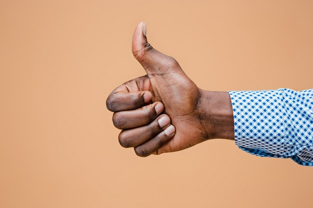 Mano negra pulgar arriba gesto