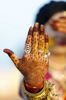 Mano nupcial india con diseño mehandi