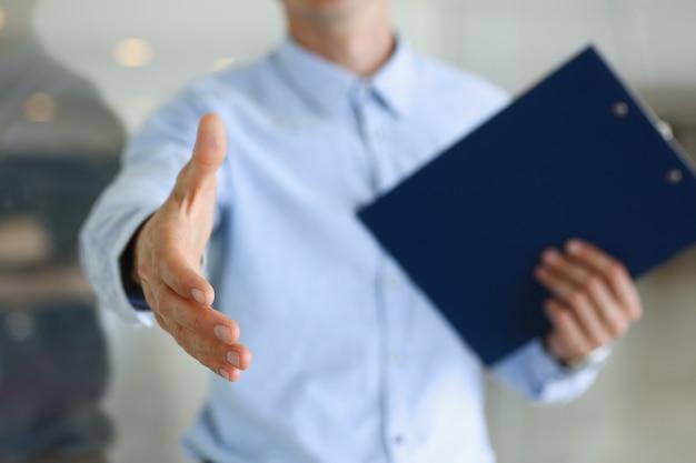 Mano de oferta de empresario para estrechar como hola en la oficina