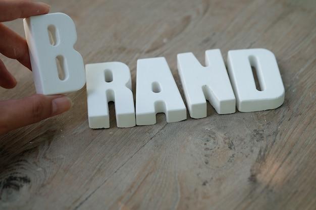 Mano organizar letras blancas marca