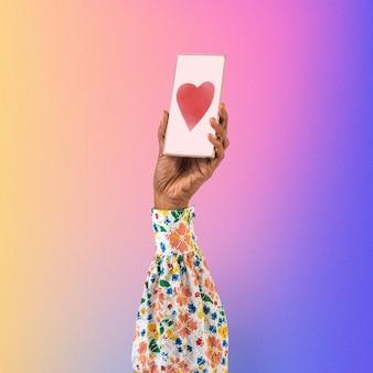 Mano de la pantalla del teléfono inteligente con el icono del corazón de las redes sociales