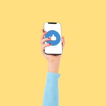 Mano de pantalla de teléfono inteligente con redes sociales como icono