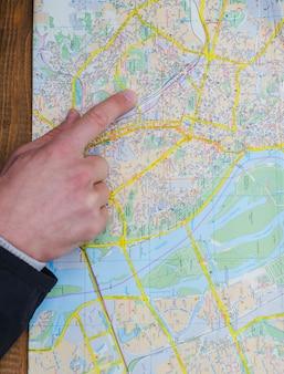 Mano de la persona que señala en el mapa