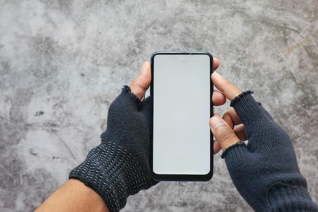 Mano de pirata informático robando datos de teléfonos inteligentes.