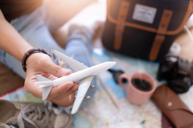 Mano a la planificación de viaje de vacaciones y accesorios para viajes.