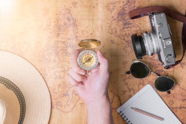 Mano para planificar viajes de vacaciones y accesorios para viajes.