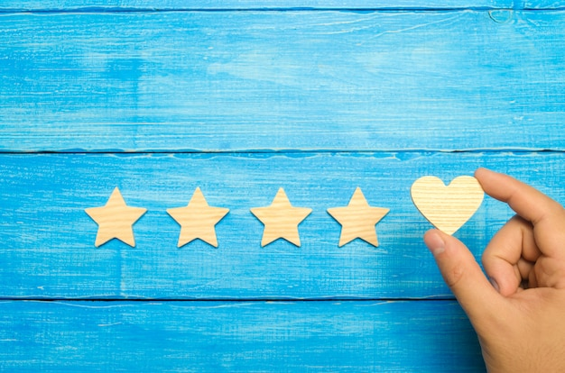 La mano pone el corazón a las cuatro estrellas. elección de los compradores.