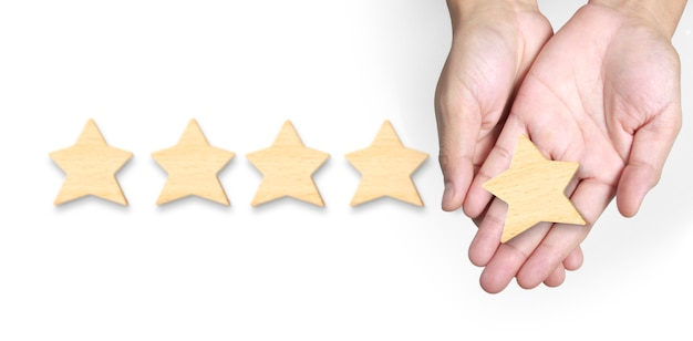 La mano de poner aumenta la forma de cinco estrellas. mejor calificación de servicios empresariales excelentes concepto de experiencia del cliente