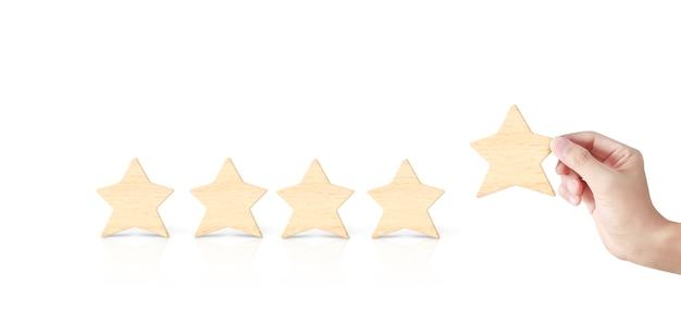 Mano de poner aumento de madera en forma de cinco estrellas