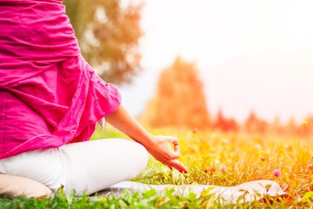 Mano en posición de yoga