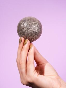 Mano de primer plano con bola decorativa