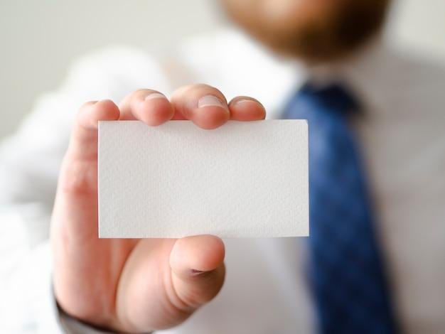 Mano de primer plano que muestra una maqueta de tarjeta