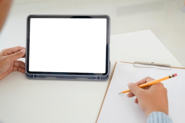 Mano de primer plano con tableta. uso de tecnología de conexión en línea para negocios, educación y comunicación.