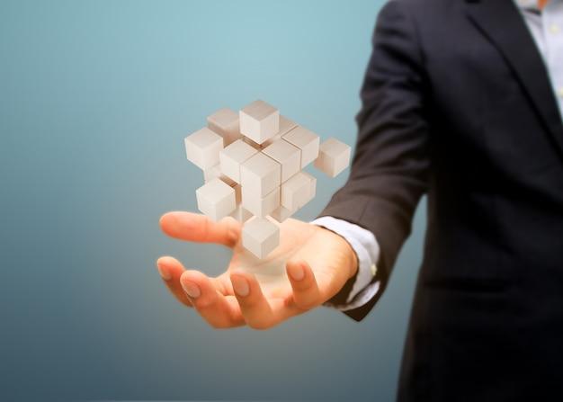 Mano que sostiene el bloque de madera. concepto de estrategia de riesgo y negocio