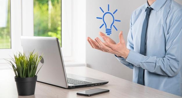 Mano que sostiene la bombilla. icono de idea inteligente aislado. innovación, icono de solución. soluciones energéticas. concepto de ideas de poder. lámpara eléctrica, invención tecnológica. palma humana. inspiración empresarial.