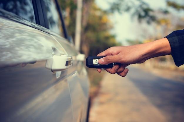 Mano que sostiene el coche clave para abrir el coche